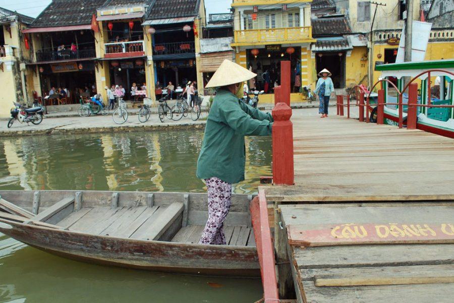 barco nas docas vietnam