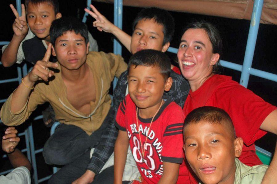 Grupo de miúdos em Koh Lanta, Tailândia