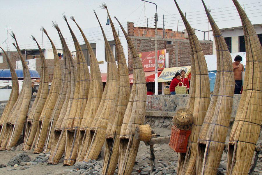 cabalitos de totora em huanchaco peru