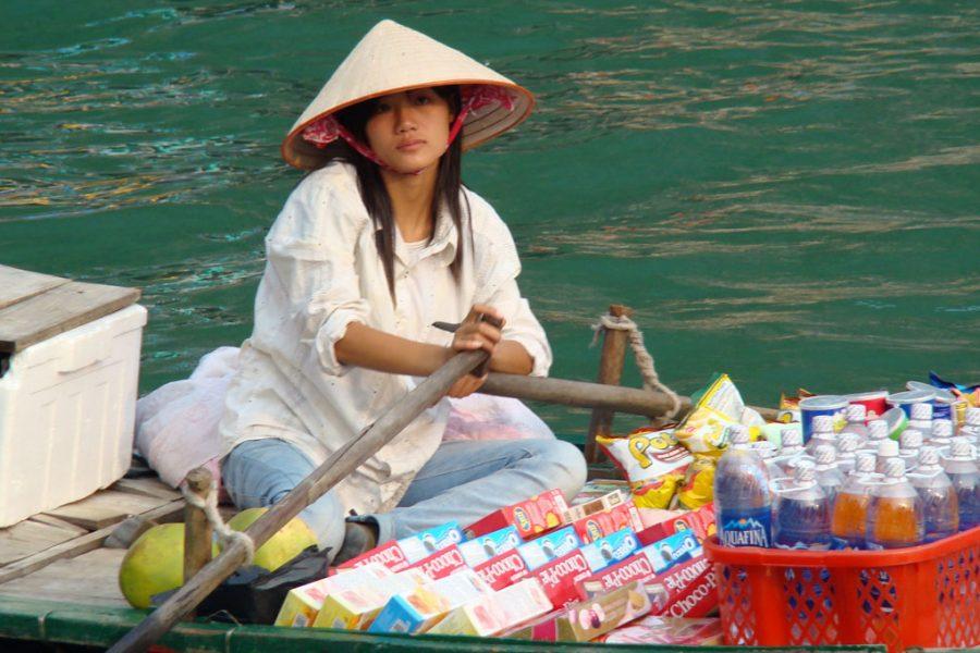 vendedora em halong bay vietnam
