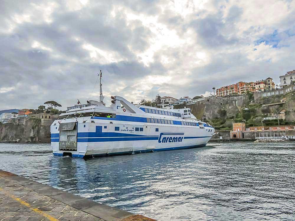 Ferry em Sorrento, Costa Amalfi